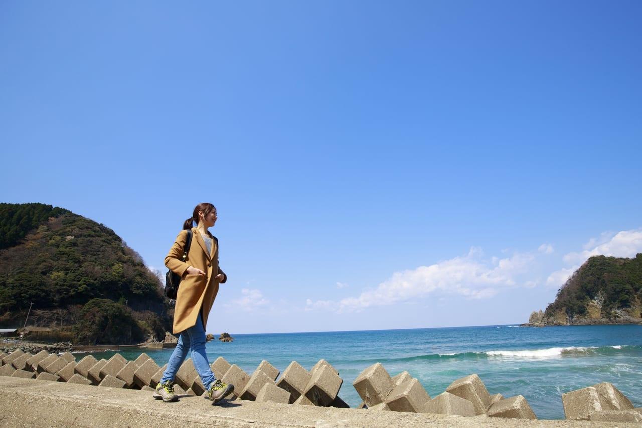 海岸を歩く旅人の女性