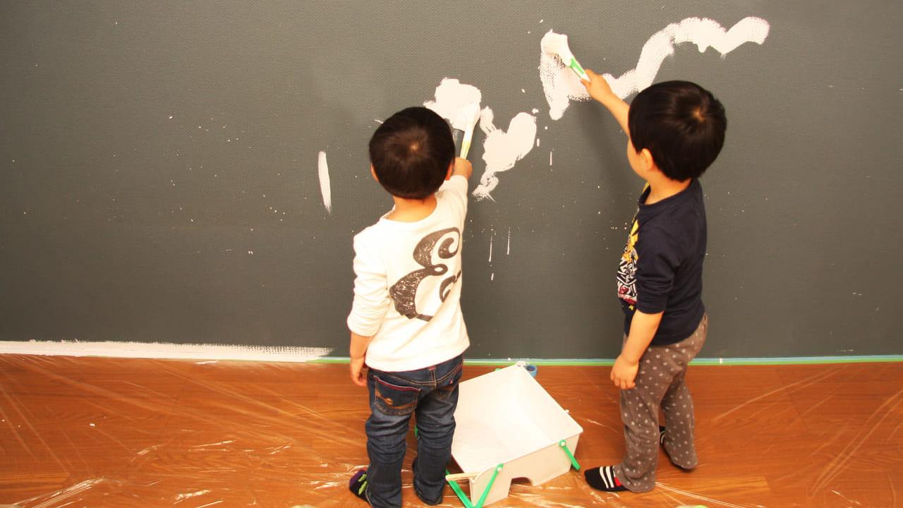 ペンキ塗りをしている子供