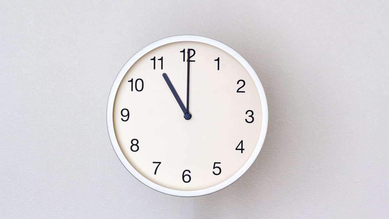 11時を指す時計