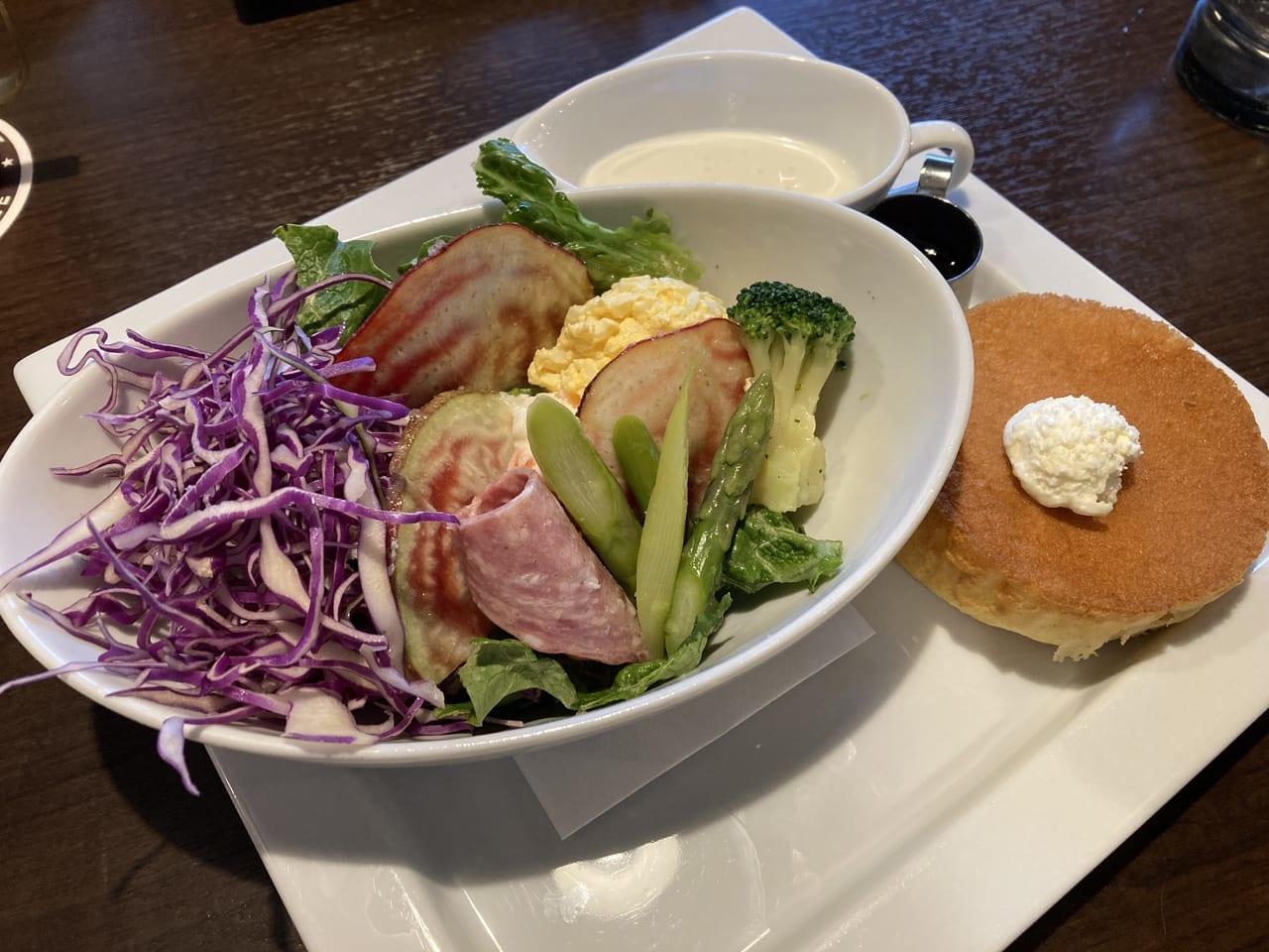 星乃珈琲店の春野菜のシーザーサラダ&パンケーキプレート